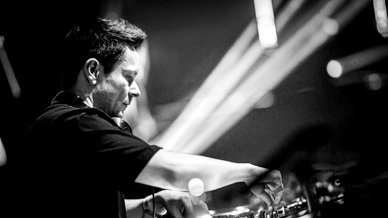 Thomas Coastline black and white DJ