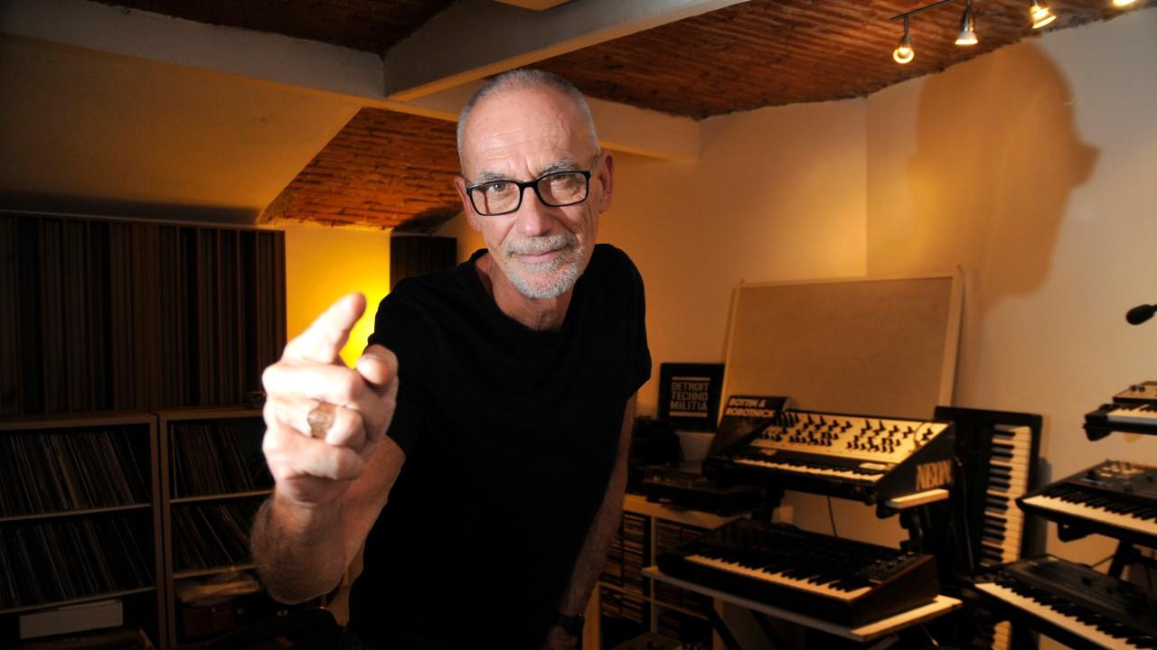 Alexander Robotnick pointing studio