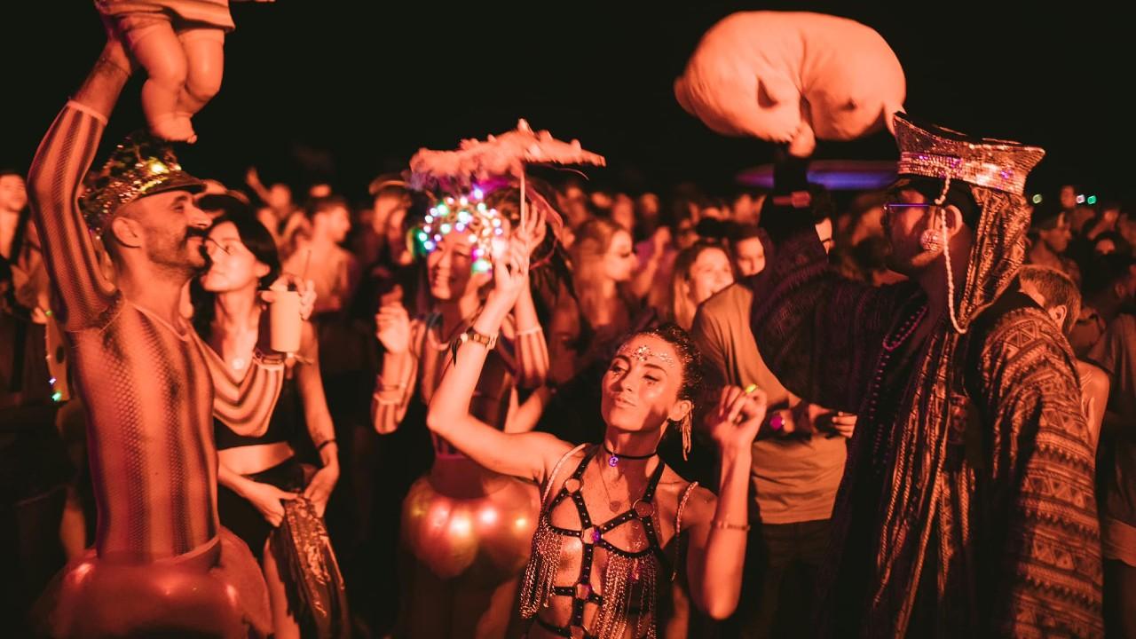 Epizode Vietnam people dancing